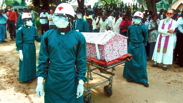 Archieffoto van een slachtoffer bezweken aan het ebola-virus dat begraven wordt. Beeld epa