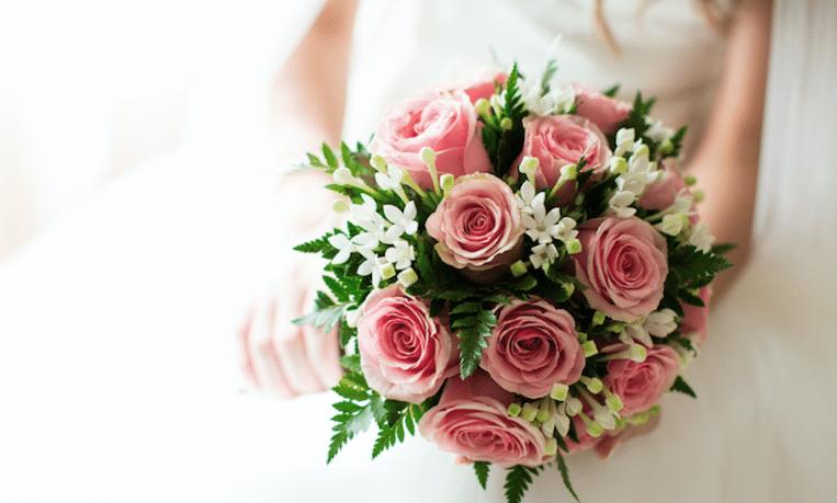 Dít is de reden dat er op een bruiloft met een bruidsboeket wordt gegooid
