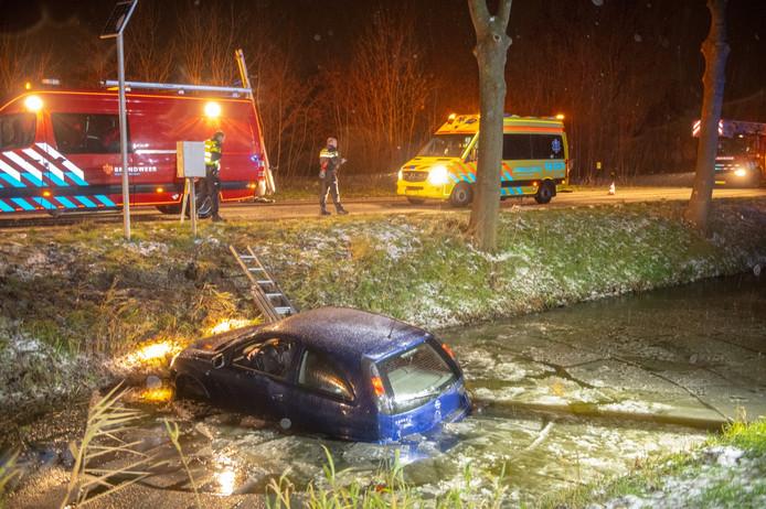 Een vrouw raakte door de gladheid met haar auto in het water langs de N207 tussen Boskoop en Alphen. Zij is door de brandweer uit het water bevrijd.