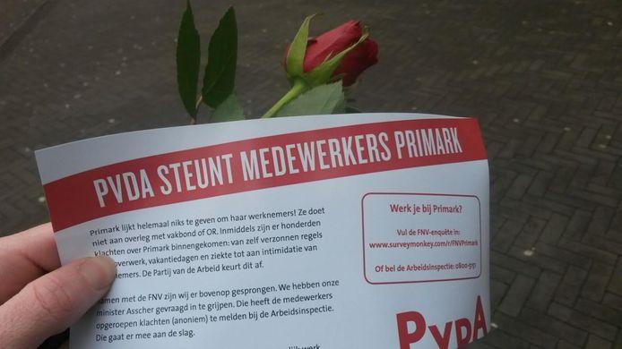 De leden van de PvdA deelden flyers uit in Nijmegen.