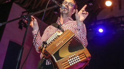 Wim Claeys verspreidt zingend het Gents