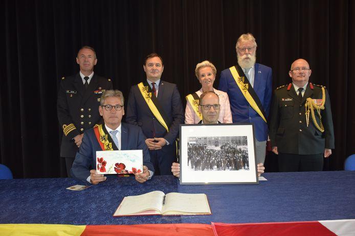 Het stadsbestuur gaf deze foto aan de Canadese ambassadeur.