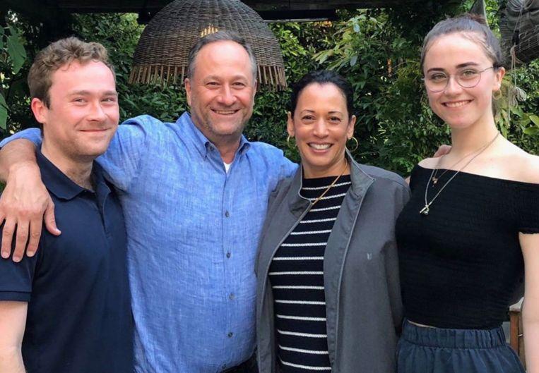 Kamala Harris en Doug Emhoff met zoon Cole en dochter Ella. Beeld Privebeeld