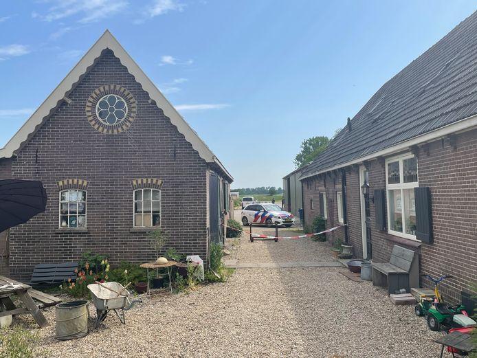 De politie doet onderzoek na beroving aan de Provincialeweg in Schalkwijk. Wat de buit is, blijft onduidelijk.