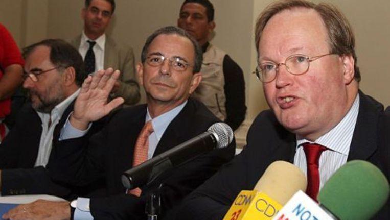Hans van Baalen en de liberale politicus Eduardo Montealegre (M) staan de pers te woord. ANP Beeld