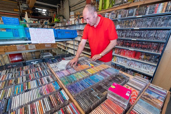 André Brouwer van de kringloopwinkel in Groesbeek buigt zich over de bak met cd's. Alles is hier geordend: op categorie én kleur. Maar een geheimzinnige schijfjesverwisselaar zorgt voor chaos en onrust.