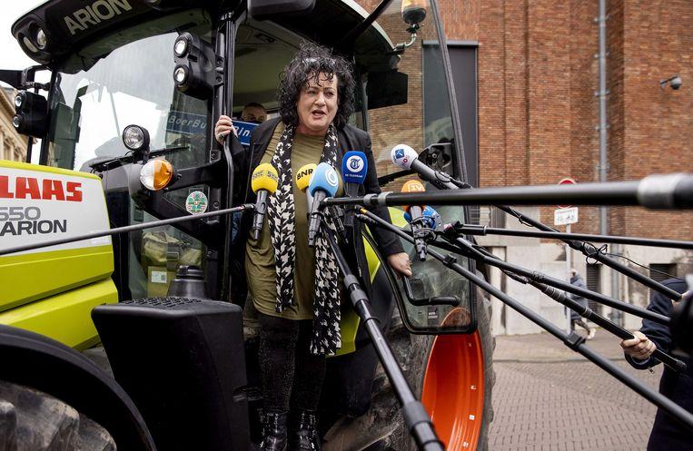 Lijsttrekker van de BoerBurgerBeweging Caroline van der Plas komt met een tractor aan op het binnenhof.  Beeld EPA