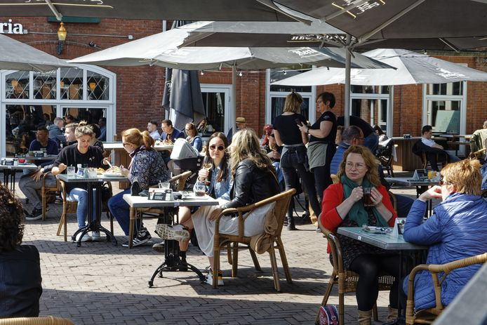 Het terras van Het Tramhuys in Schijndel loopt om twaalf uur meteen vol.