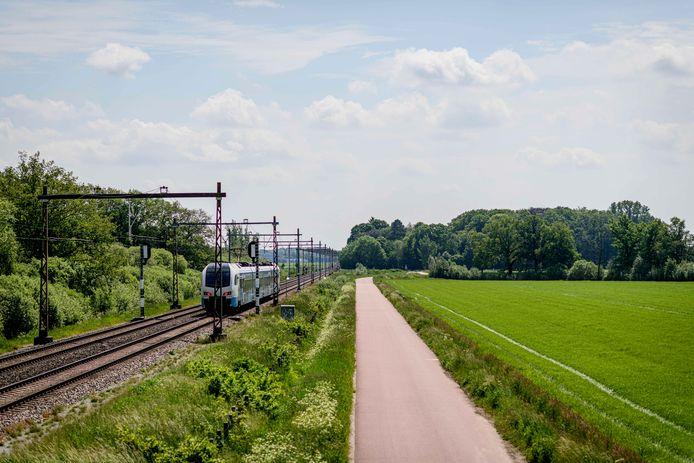 De rondweg om Zenderen moet wat de stichting Dorpsbelangen Bornerbroek deels langs de spoorlijn Almelo-Enschede aangelegd worden om schade aan de kleine Doorbraak te beperken.