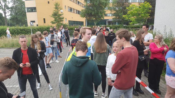 Jongeren in de rij bij de teststraat in Hengelo.