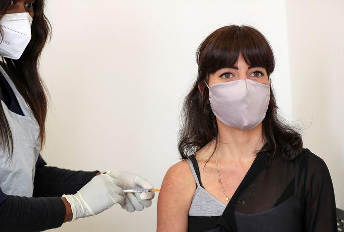 De fase 3-studie van het Oxford-vaccin is voorlopig stopgezet.