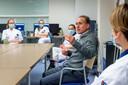 Arts-microbioloog Jean-Luc Murk geeft het zorgpersoneel van het ETZ uitleg over het vaccin.