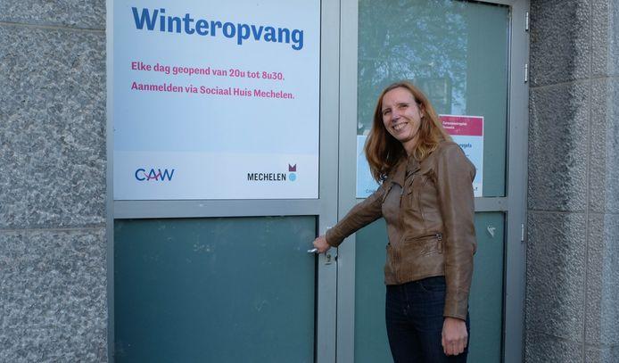Katrijn Clémer voor het vaccinatiecentrum in wording aan de Zwartzustersvest. Voorheen was daar de Winteropvang gevestigd. Dat zit een verdiep hoger.
