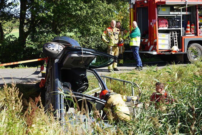 De auto kwam in Dinteloord in een sloot terecht.