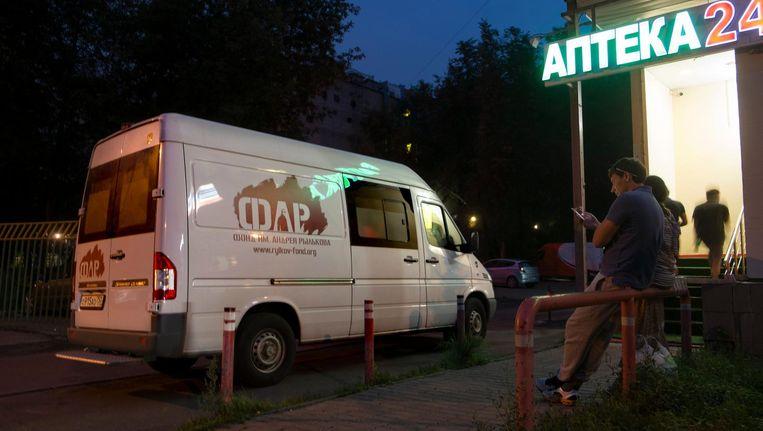 Bij het busje van ARF zijn schone naalden te krijgen. Beeld Geert Groot Koerkamp