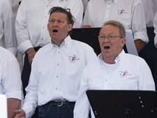 Shantykoren zingen 'vuur de wille' in hartje Rijssen