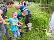 Met schepnet en zoekkaart op zoek naar klein waterleven langs de Veenendaalse waterkant