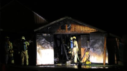 Uitslaande brand legt garage in de as, oorzaak is wellicht kortsluiting
