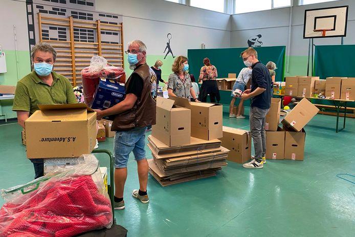 Verdeeld over de drie inzamelavonden zijn een dertigtal vrijwilligers in de weer in de sporthal van gemeenteschool Schatteneiland in Burst.