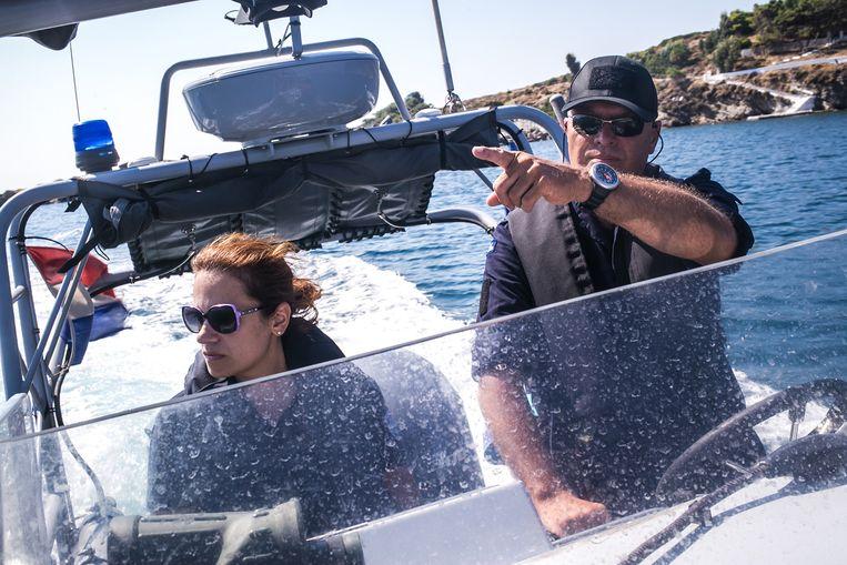 Willem Lelijveld van Clingelshouck zoekt op een patrouilleboot van Frontex naar vluchtelingbootjes met een Grieks lid van de reddingsbrigade. Beeld Nicola Zolin