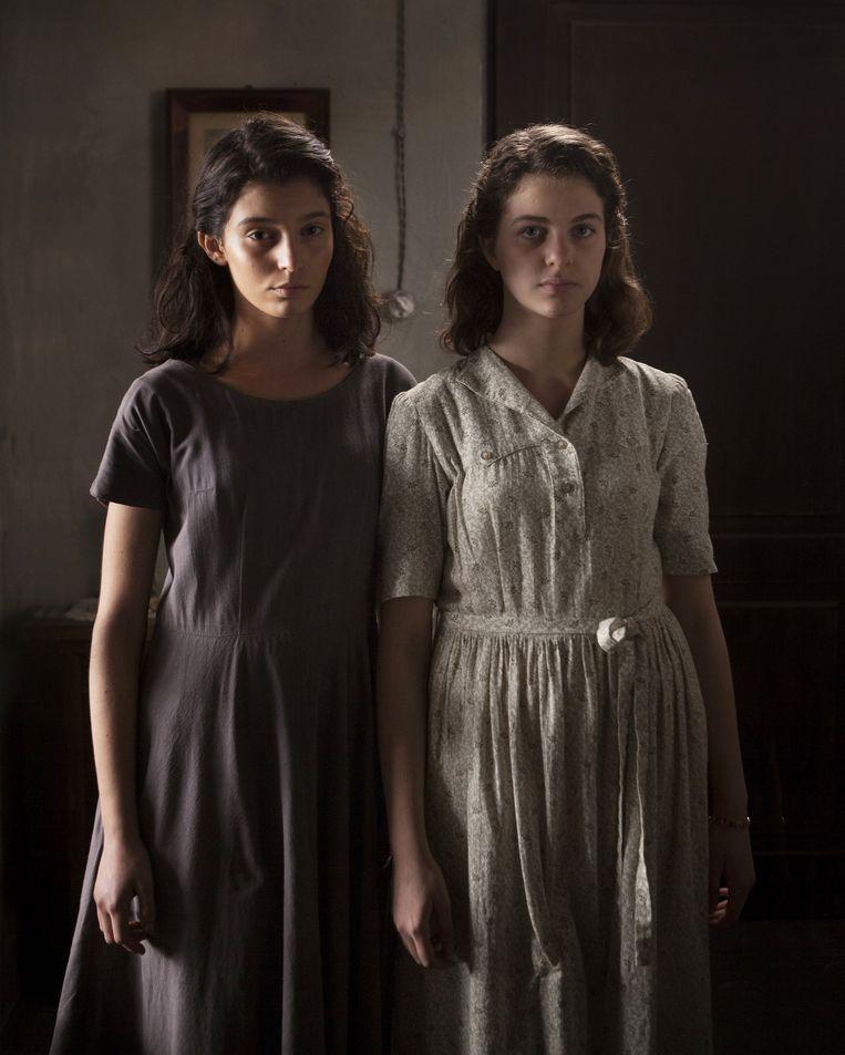 Gaia Girace als Lina en Margherita Mazzucco als Elena in aflevering 8 van 'Mijn geniale vriendin'. Beeld Eduardo Castaldo/HBO