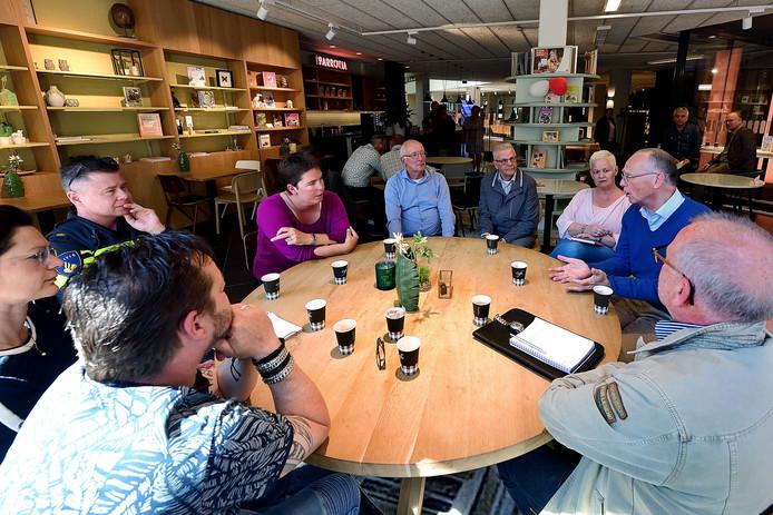 Roosendalers op de koffie in Parrotia bij wethouders. Aan tafel bij wethouder Inge Raaijmakers in paarse trui.  Foto   Pix4Profs/Peter van Trijen