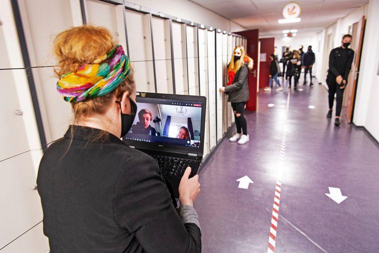 De online en fysieke les tegelijkertijd is voor leraren het allerzwaarst, hier tijdens maatschappijleer op de Mavo aan Zee in Den Helder.  Beeld Olaf Kraak