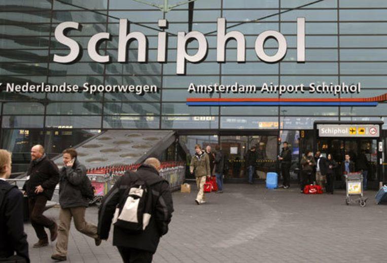 Vakantiegangers moeten de komende weken rekening houden met vertragingen van soms vele uren op Schiphol. ANP/ Marcel Antonisse Beeld