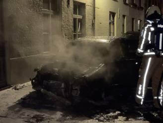 Auto uitgebrand op straat en schade aan woning: onderzoek opgestart
