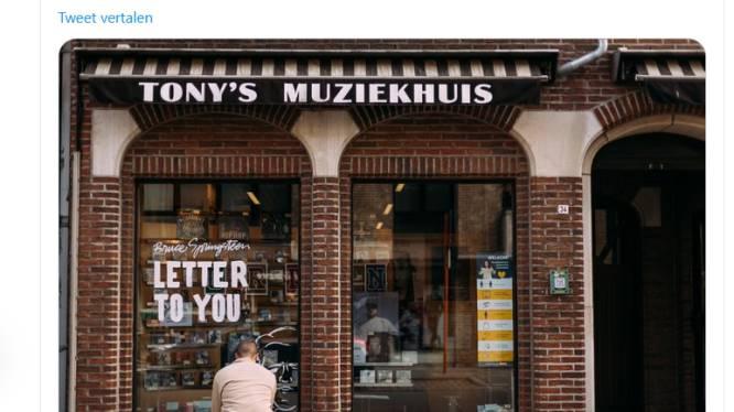 """Bruce Springsteen looft etalage van Tony's Muziekhuis op Twitter: """"Een prachtig handgeschilderd raam in België"""""""