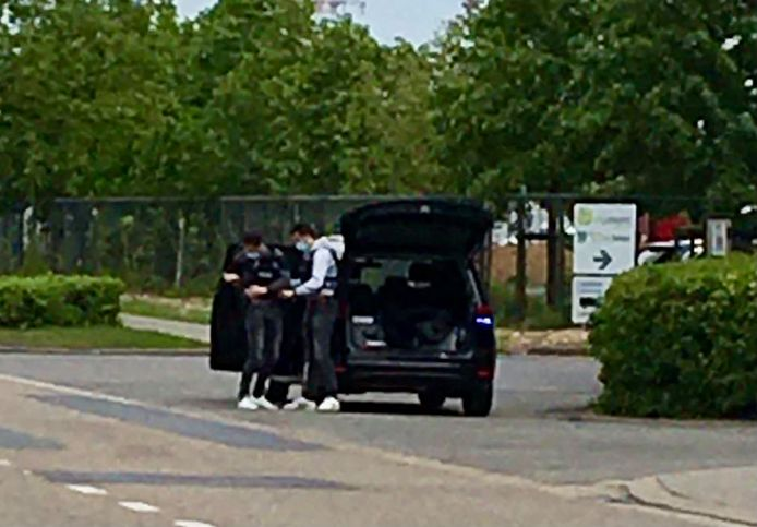 Agenten trekken kogelwerende vesten langs de Vaart in Leuven.