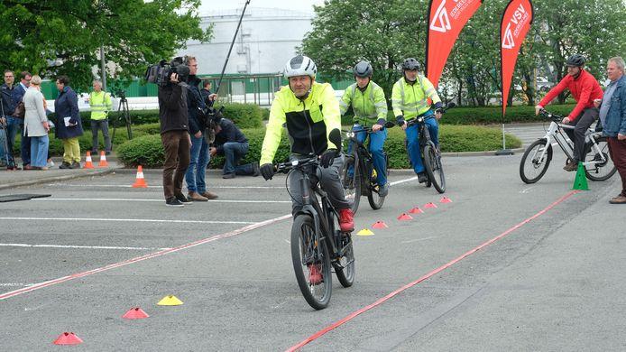 De Duitse chemiereus BASF geeft het personeel een rijvaardigheidscursus voor gebruikers van speed pedelecs.