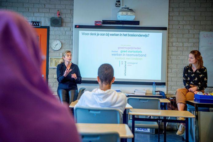 Directrice Berenike Vossebeld (links) en docent Marijn Schutten (rechts), beiden van De Wegwijzer, gaven vandaag les op Mondial College.