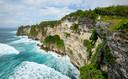 De vrouw moest te pletter storten en verdrinken aan een klif in Bali. Op pure wilskracht wist ze te overleven.