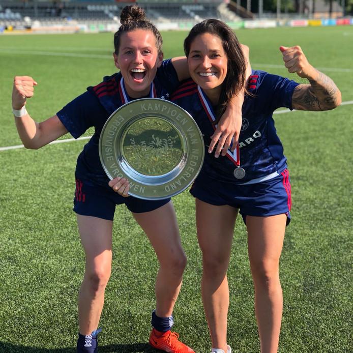 Merel van Dongen en de Spaanse aanvalster Ana Romero met de kampioensschaal.