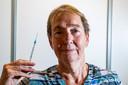 GGD-arts Els Jonker, werkzaam op de vaccinatielocatie in Deventer.