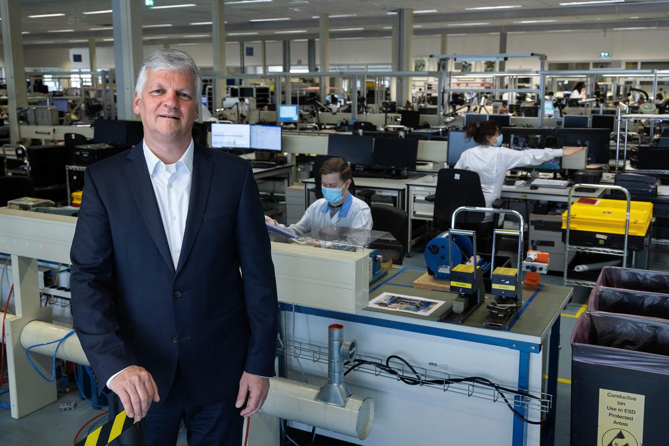 Topman Eric Stodel van Neways op de werkvloer van Neways Advanced Applications in Son.