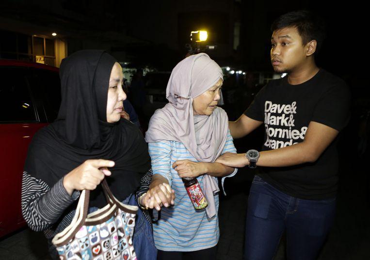Bezorgde familieleden bij het hoofdkantoor van Trigana Air in Jakarta. Beeld EPA