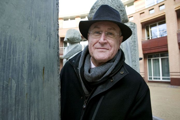 Oud-burgemeester Hans Haas, hier op een archieffoto bij het gemeentehuis van Valkenswaard. Hij overleed zondag op 76-jarige leeftijd.