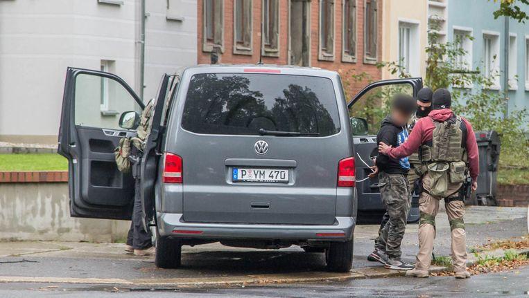 De Duitse politie heeft drie lieden gearresteerd. Zij worden ervan verdacht banden te hebben met de 22-jarige Syriër die op de vlucht is geslagen. Beeld AFP