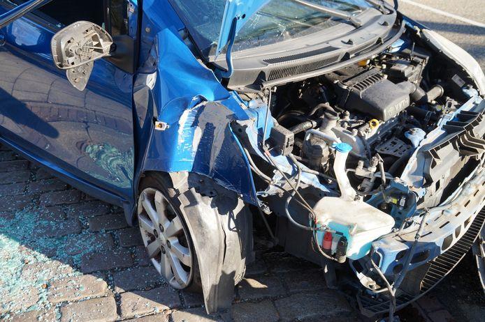 Grote schade aan de auto na het ongeluk op de Wolput in Vlijmen.