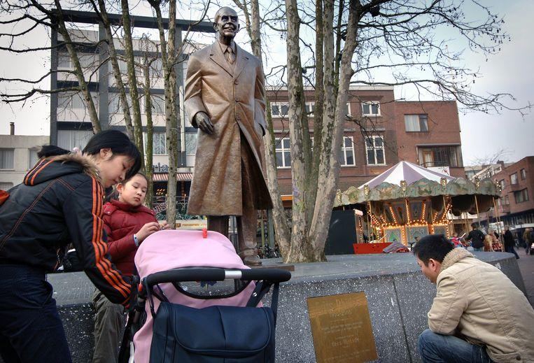 Het standbeeld van Frits Philips op de Markt in Eindhoven, een bekend beeld van Kees Verkade. Beeld Marcel van den Bergh