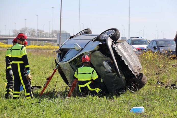 Auto slaat over de kop op A59 in Waalwijk.