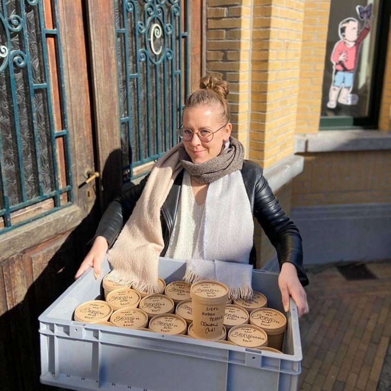 Deirdre brengt de verse soep zelf bij de onthaalouders thuis en naar de scholen.