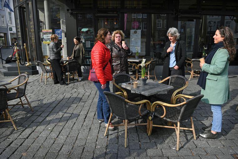 In Den Bosch bouwt een horecaondernemer uit protest dagelijks zijn terras op. Beeld Marcel van den Bergh / de Volkskrant