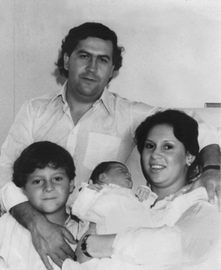 'In ons bijzijn gebruikte Pablo nooit drugs of alcohol. Hij was een romanticus: hij schreef gedichten voor mij' Foto: Pablo Escobar met Victoria en hun kinderen Manuela en Juan Pablo Beeld