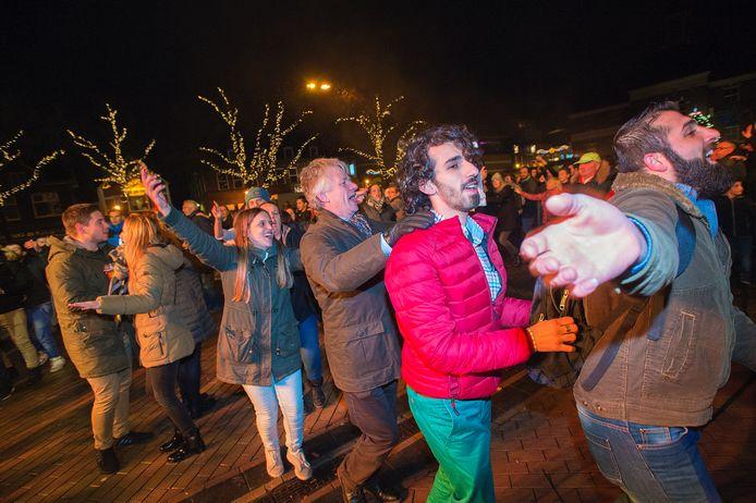 Op het Marktplein werd het inmiddels traditionele aftelfeest gevierd. Burgemeester John Berends (midden) deed mee in de feestvreugde.