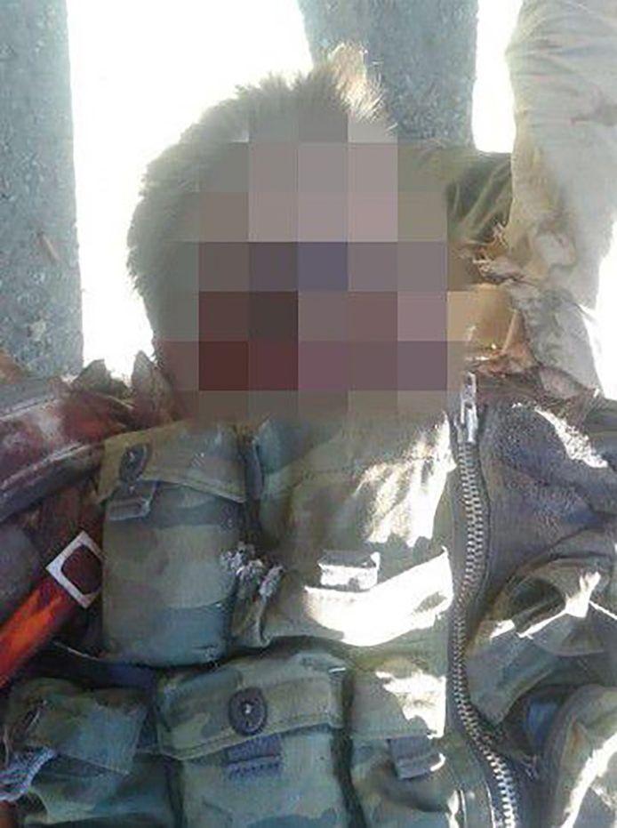 """De rebellengroepering bracht een video uit waarop gewapende mannen rond een blonde man staan met een gekneusd gezicht. """"Een Russische piloot"""", zo stelt één van de mannen."""
