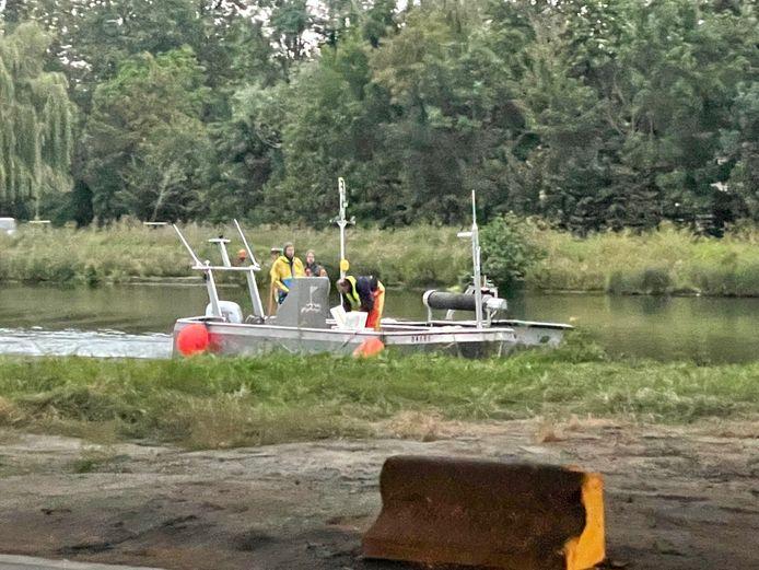 Een sonarboot op het water vond het wrak onder het wateroppervlak.