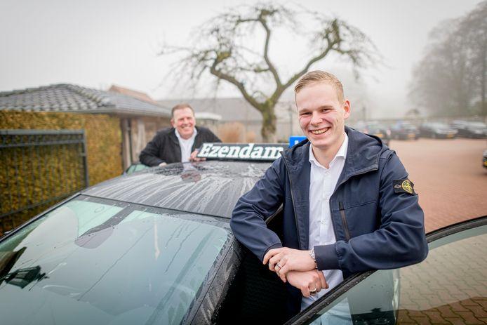 Milan Ezendam is met 18 jaar de jongste gediplomeerde rijinstructeur van Nederland. Op de achtergrond zijn vader en rijschoolhouder Louis Ezendam.
